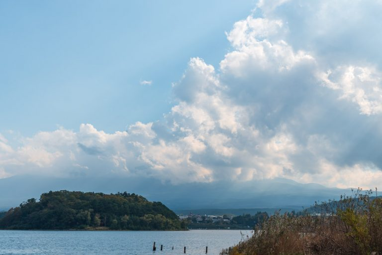 Fuji hinter Wolken